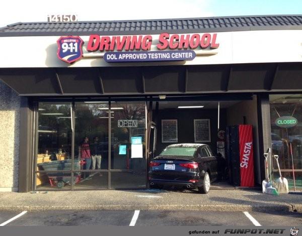 Auto fuhr direkt in die Fahrschule