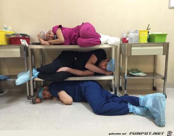 Schlafende Menschen bei der Arbeit 16