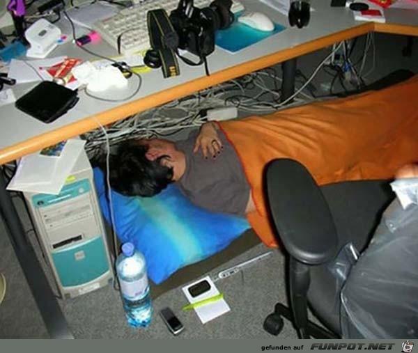 schlafende Menschen bei der Arbeit 1