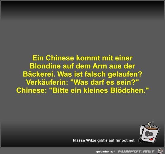 Ein Chinese kommt mit einer Blondine auf dem Arm aus der...