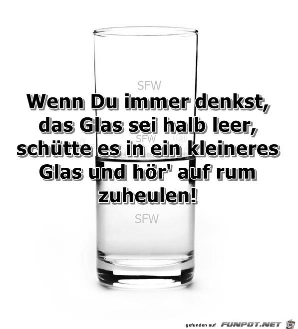 Glas halb leer