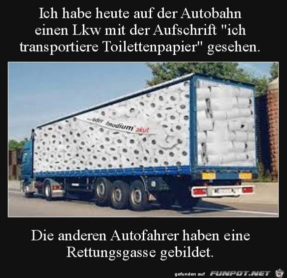 Rettungsgasse für LKW, der Klopapier transportiert