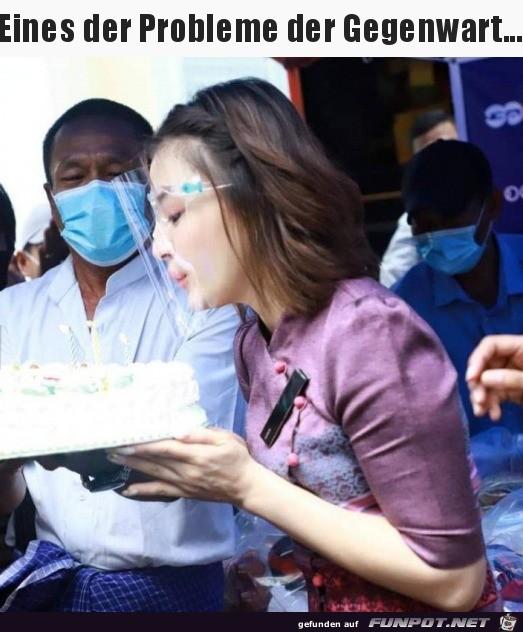 Geburtstagstorte ausblasen mit Maske