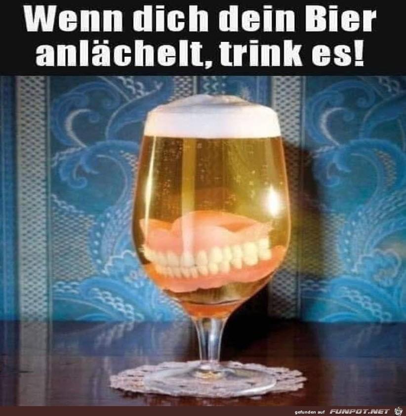 Bier lächelt