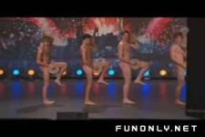 die nackte Boy-Tanzgruppe in der Talentshow