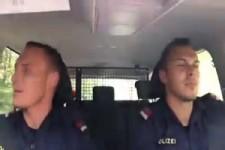 Polizisten hoeren Helene Fischer s Atemlos im Polizeiauto