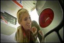Frauen an der Tankstelle