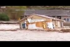 wie es ein Haus wegschwemmt