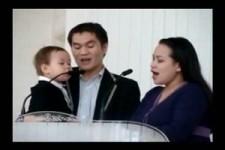 Der kleine hat richtig Freude beim Singen