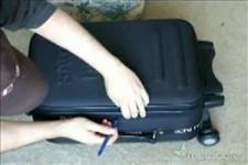 Opening a baggage2 - Öffnen eines Koffers