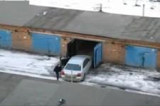 Frau fährt in die Garage