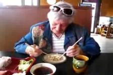 Oma lacht sich kaputt