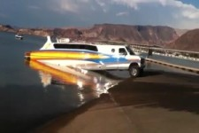Auto mit integriertem Boot