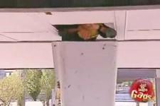 Versteckte Kamera - Bauarbeiter steckt in der Decke