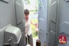 versteckte Kamera - der Mann der in die Toilette fliegt