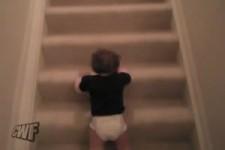Ein Baby (geht ) eine Treppe runter