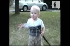 Baby will Wasser aus dem Schlauch trinken