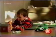 das Kind spielt mit einem Dildo
