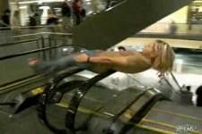 Auf dem Handlauf einer Rolltreppe