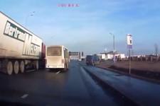 Dieser LKW Fahrer hat es drauf