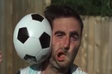 Fussball ins Gesicht in Zeitlupe