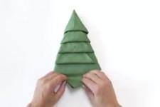 Weihnachtsbaum aus Serviette falten