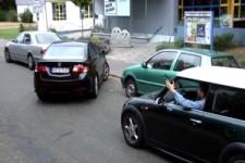 Frau beim Einparken