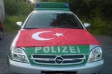 Polizeiauto abgeschleppt