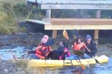 Chinesen und ein Kayak