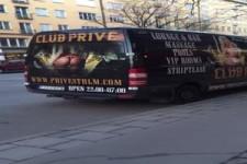 Vom Bus abgelenkt