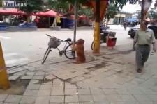 Er passt auf das Rad auf