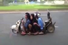 Ein Irrer Scooter in Indonesien