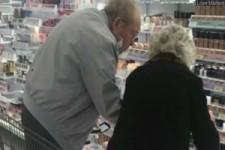 Das Foto der beiden Rentner geht um die Welt - Der Grund ist