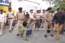 Polizisten in Indien erledigen Taschendiebe