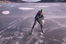 Mit der Säge übers Eis