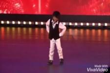 Gangnam-Style Darbietung eines süßen Fratzes