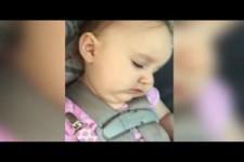 Babys aufwachen - versuchen ihre Augen zu oeffnen