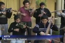 Majestaetische Musik auf Instrumenten aus Muell
