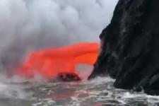 hawaii - lava fliesst ins meer