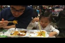 19 monate Baby mit Papa am essen