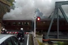Ein alter Zug kommt aus einem Tunnel