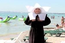 Eine Nonne am Strand