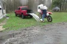 Versuch ein Motorrad zu transporieren