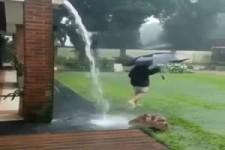 leichter Regen mit Blitz