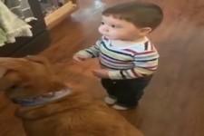 Das Kind macht spontan Sitz