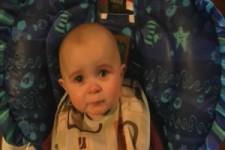 Goldiges Baby hört Mami beim Singen zu