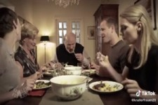 Schmeicheleien am Essenstisch