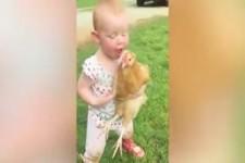 Lustige Kinder auf dem Bauernhof