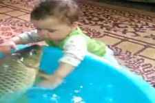 Baby und Fisch