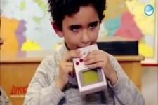 Kinder reagieren auf Spielsachen aus den 90er-Jahren